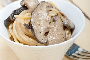 spaghetti pasta and wild mushrooms 004.jpg