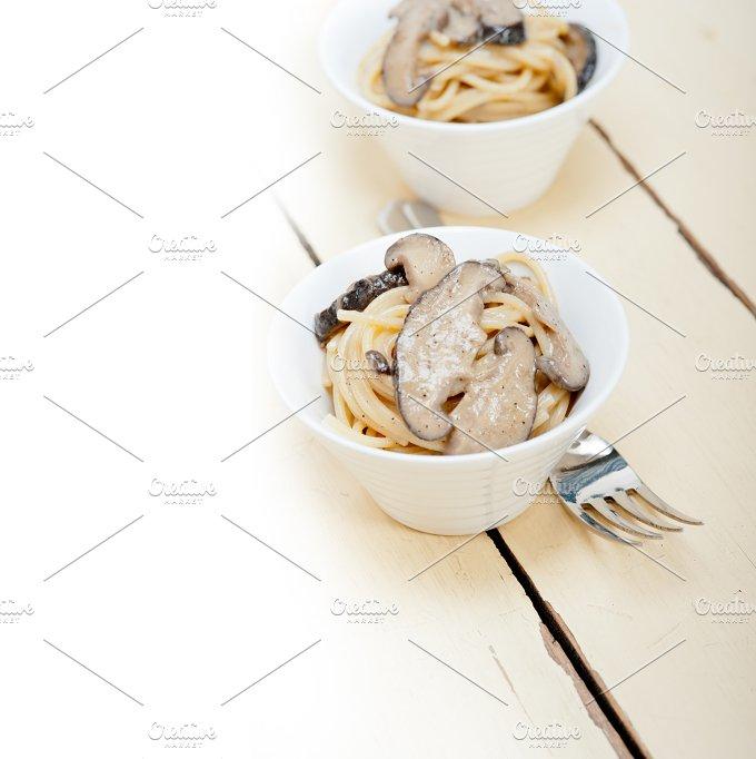 spaghetti pasta and wild mushrooms 017.jpg - Food & Drink