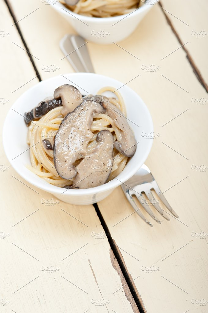 spaghetti pasta and wild mushrooms 018.jpg - Food & Drink