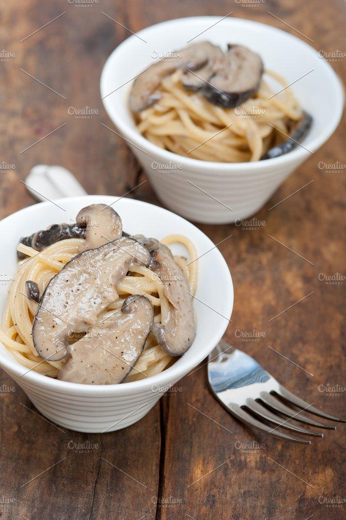 spaghetti pasta and wild mushrooms 019.jpg - Food & Drink