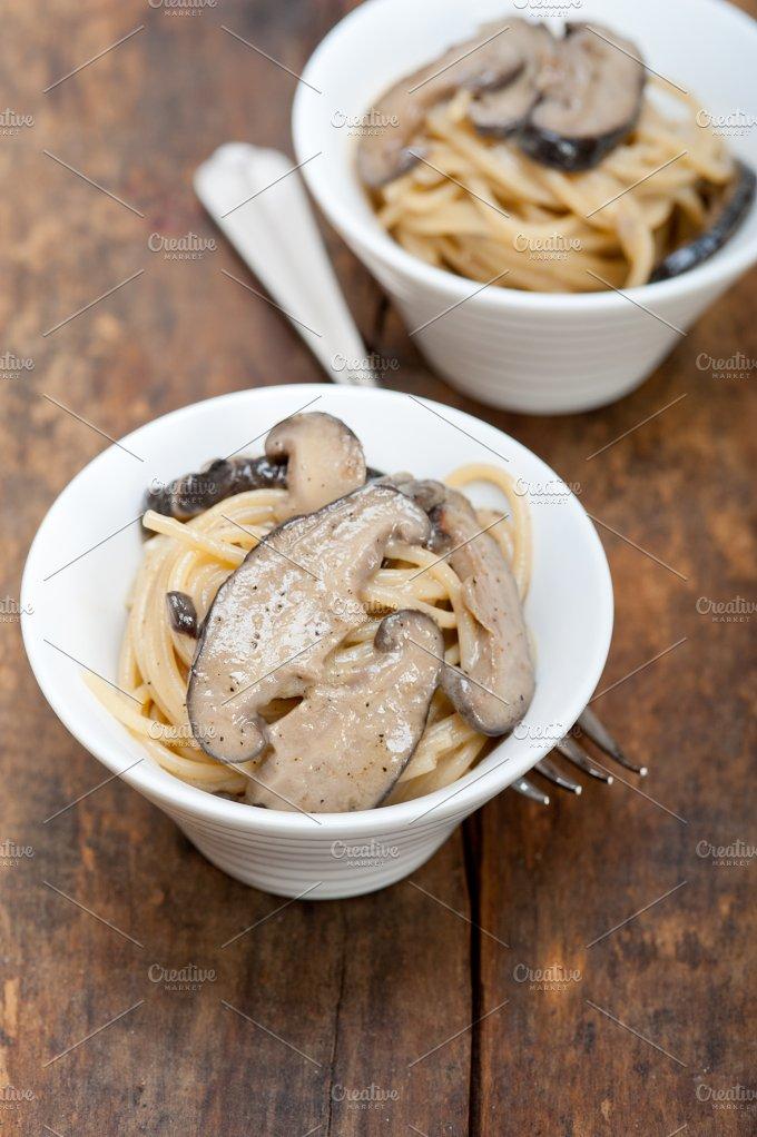 spaghetti pasta and wild mushrooms 024.jpg - Food & Drink