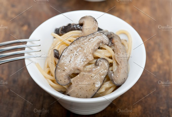 spaghetti pasta and wild mushrooms 030.jpg - Food & Drink