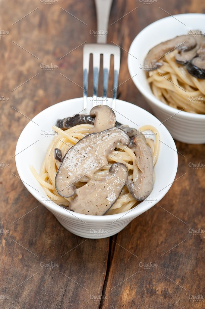 spaghetti pasta and wild mushrooms 044.jpg - Food & Drink