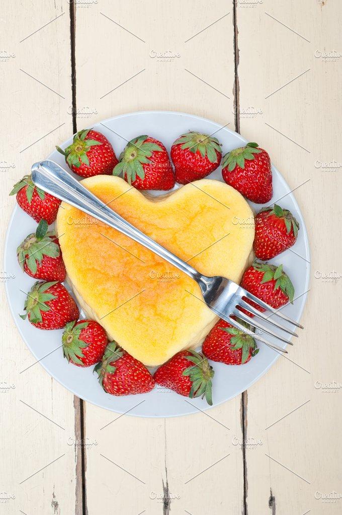 heart shape cheesecake and strawberries 007.jpg - Food & Drink