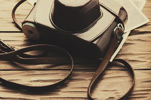 Old_fashioned brown camera