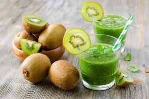 Green kiwi smoothie with mint