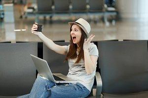 Surprised traveler tourist woman wor