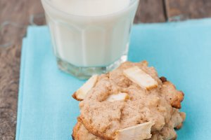 Cookies with apples, milk and cinnam