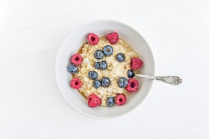 Oat porridge with fresh berries