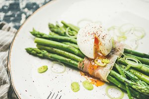 Green asparagus, soft-boiled egg