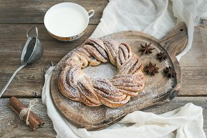 Sweet cinnamon ring bread