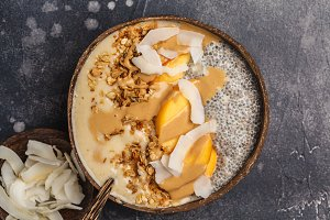 Smoothie bowl with chia pudding