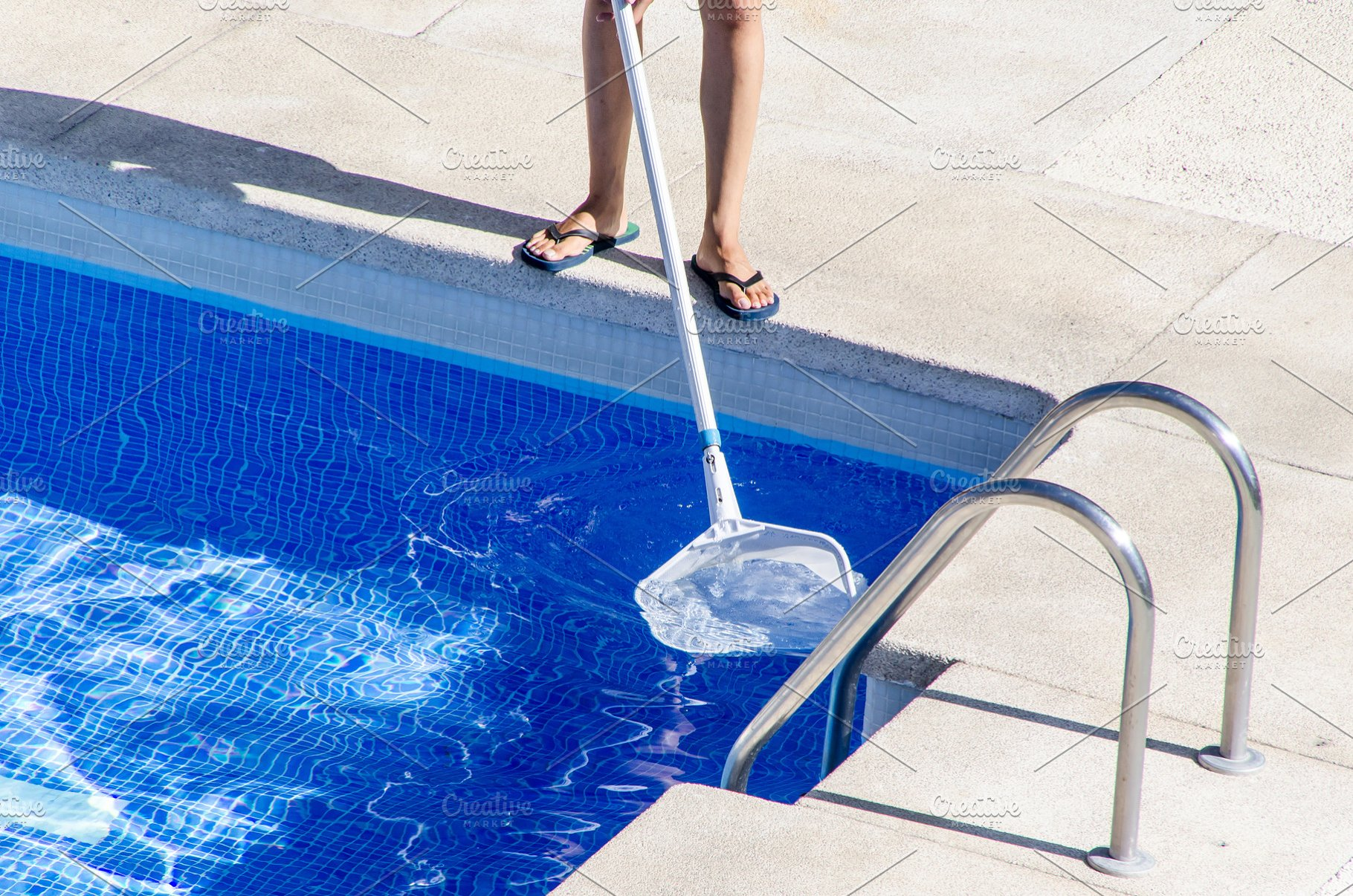 swimming pool cleaner using a net