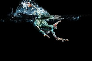 Green tree frogs swim