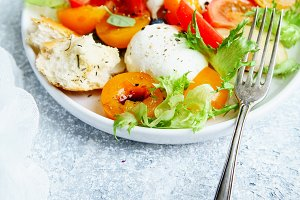 Panzanella salad with mozarella, toa