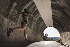 Runner woman in tunnel (infinite)