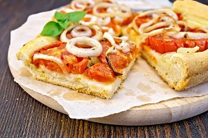 Pie with onions and tomatoes