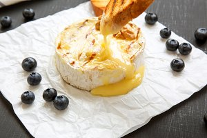 Grilled camembert cheese with toasts