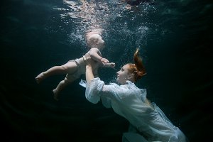 Mother teaches the baby to dive.