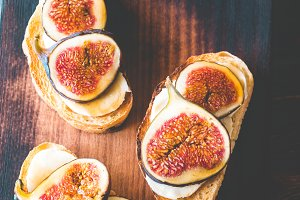 Toasts with cheese and figs