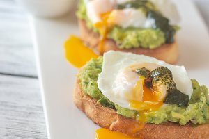 Sandwiches with guacamole and egg