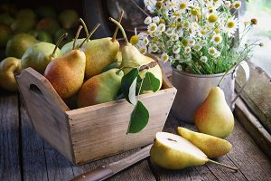 Pears and bouquet of daisies.