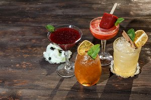Alcoholic drinks with ice