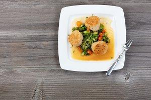 Freshly seared scallops with veggies
