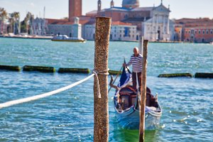Gondola waiting for tourists