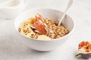 Oatmeal with banana, fig and flax