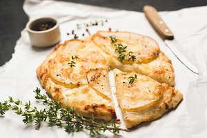 Pizza with pear, cheese and thyme