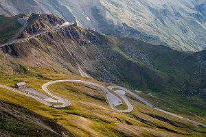 Alpine valley, high mountain roads i