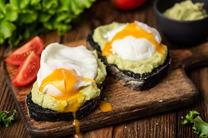 Avocado and poached egg on bread