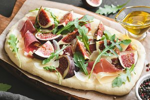 Flatbread pizza with figs and ham