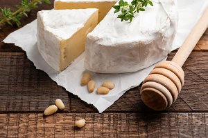 Brie or camembert cheese serving