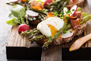 Asparagus and bacon bruschetta with