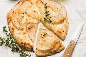 Cheese pizza with pear and thyme