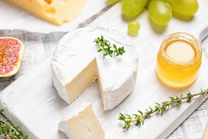 Camembert or brie cheese serving