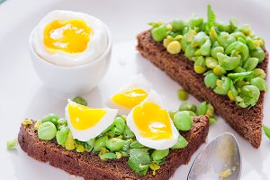 Bruschetta with green peas, mint and