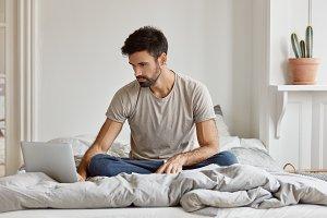 Photo of freelancer uses laptop comp