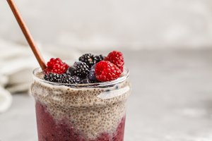 Berry smoothie and chia pudding