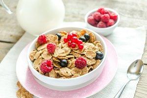 Wholegrain granola with berries