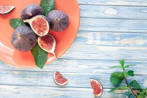 sliced figs and mint