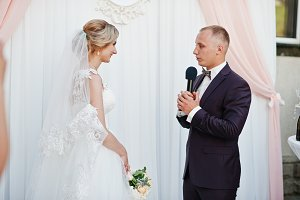 Groom speech, talking with microphon