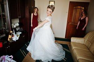 Blonde bride with bridesmaids wear o