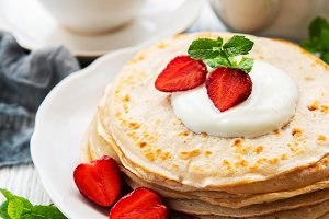 Delicious pancakes with strawberry