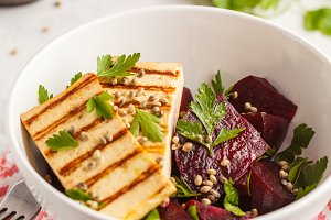 Baked beet salad with grilled tofu