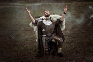 Knight in armor pray.