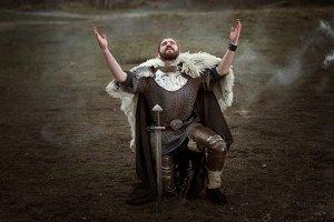 Knight in armor pray.