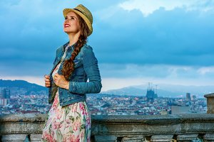 woman in front of cityscape of Barce